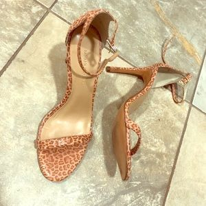 Light pink animal print strapped sandals, size 6